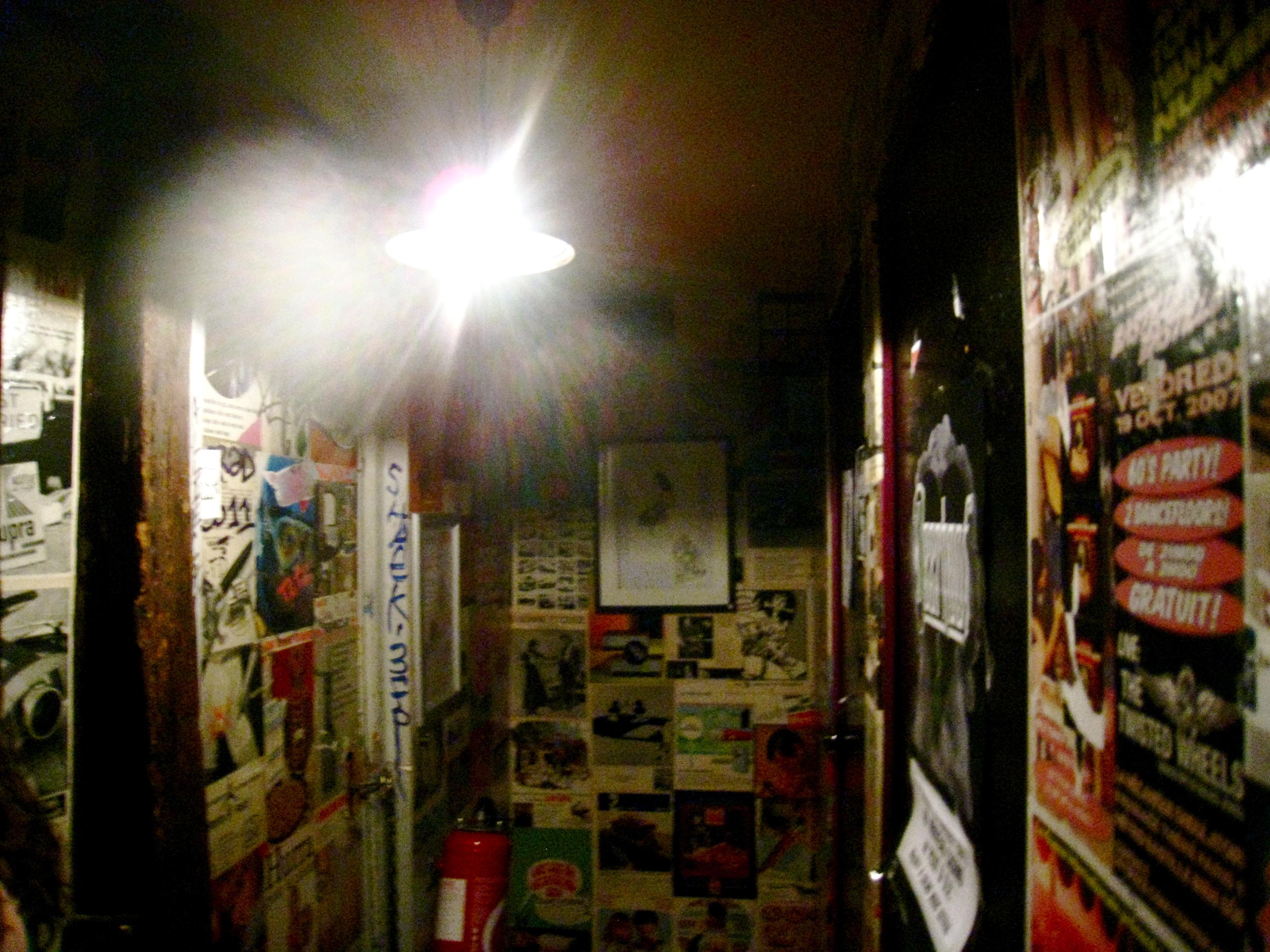 Decorar Un Baño Reciclando:Decorar reciclando es el lema de este bar parisino Paredes cubiertas